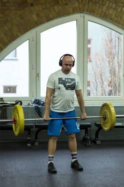 Olaf, ebenfalls Gründer von Black Sheep Athletics Berlin, beim Power Liften